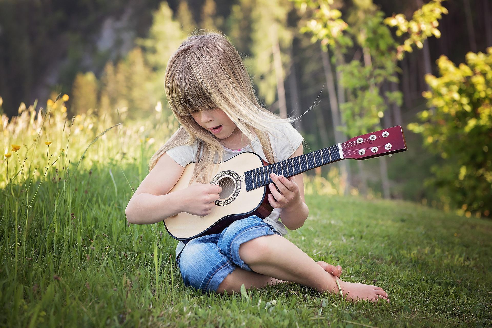 5-beneficios-que-tocar-guitarra-trae- a-los-niños