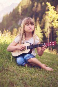 5-beneficios.tocar-guitarra-niños-3