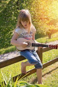 5-beneficios.tocar.guitarra-niños-2