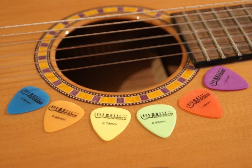 https://clasesdeguitarra.co/wp-content/uploads/2017/02/tipos.-de-picks-para-tocar-guitarra.jpg